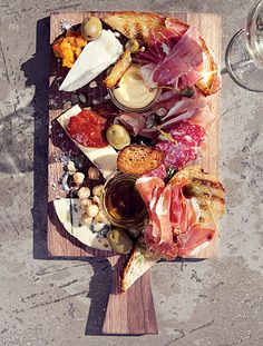 Antipasto platter / charcouterie eat good food for the pleasure of it Food Platters, Cheese Platters, I Love Food, Good Food, Yummy Food, Appetizer Recipes, Appetizers, Antipasto Platter, Charcuterie Platter