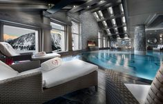 The Goji Spa by La Prairie at Hotel Le K2 offers an intimate atmosphere. The swimming pool, equipped with massage jets, overlooks the valley, offering an incredible panoramic view.