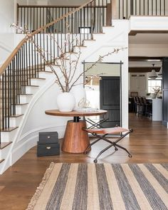 Curved Staircase, Grand Staircase, Black Staircase, Modern Stair Railing, Black Banister, Iron Staircase Railing, Staircase Landing, House Staircase, Stair Railing Design