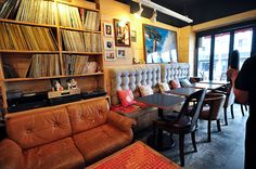 Korean cafe Madagascar - tufted backrest for an eat in kitchen and a dark ceiling. records, records and more records Kitchen Sitting Areas, Vinyl Record Shop, Korean Cafe, Record Shelf, Dark Ceiling, Coffee Review, Cozy Cafe, Eat In Kitchen, Studio Apartment
