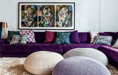 Sofá confortável, muitas almofadas, pufes gigantes feitos de crochê e tapete macio. Ambiente ideal para se largar por algum tempo em frente à TV. As peças de cores fortes quebram a neutralidade. Projeto do arquiteto Thiago Passos