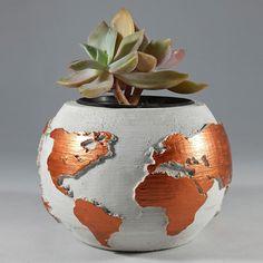 Dünya Desenli Beton Saksı Altın  Özel beton kullanılarak yapılan ve özgün boyama tekniği ile hazırlanan beton saksılar %100 el işçiliğiyle hazırlanmaktadır. Görselde yer alan saksılar gönderilmektedir.  Talebe göre renk seçeneğini açıklama kısmına yazabilirsiniz. Yükseklik 5,5 CM Genişlik 5,5 CM'dir. Terrarium, Vase, Mini, Istanbul, Home Decor, Terrariums, Interior Design, Vases, Home Interior Design