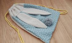 #Tuto : Un Sac à dos Lapinou - Les Aventures des Petits Pois Creative Knitting, Potli Bags, Baby Couture, Baby Burp Cloths, String Bag, Sewing Class, Diy Sewing Projects, Baby Kind, Kids Bags