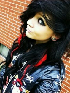 Emo girls the fans of punk music are emotional girls look sad and miserable. Emo girls have dramatic My Hairstyle, Pretty Hairstyles, Girl Hairstyles, Blonde Pony, Ash Blonde, Red Scene Hair, Twisted Hair, Et Tattoo, Scene Girls
