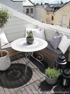 En este balcón se aprovechó la esquina y se construyó un banco. Los almohadones pueden ir cambiando según la ocasión para renovar el look.