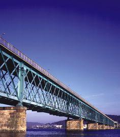 Ponte Eiffel, sobre o rio Lima, em Viana do Castelo, em Portugal. A ponte, que tem 573 m de comprimento, 6 m de largura foi inaugurada em 20/06/1878, e foi construída para o tráfego ferroviário.