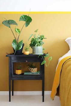 Blogger Marij kreeg van haar schoonmoeder twee theekastjes om op te knappen. Eentje mocht ze houden en staat nu als bijzonder nachtkastje naast haar bed.