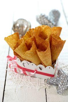 Ingen jul uten knasende gode krumkaker! Her har du oppskriften på en glutenfri variant. I stedet for de tradisjonelle kremmerhusene, kan du gjerne legge krumkakene over en kopp. Da får du en form som kan fylles med multekrem, eller andre godsaker. Snack Recipes, Snacks, Chips, Ethnic Recipes, Christmas, Food, Snack Mix Recipes, Xmas, Appetizer Recipes