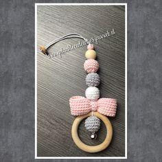 Gehaakte hanger voor maxi-cosi, kinderwagen of box. Crochet Baby Toys, Crochet Baby Clothes, Cute Crochet, Crochet Crafts, Baby Knitting, Crochet Projects, Crochet Patron, Beaded Garland, Knitted Blankets