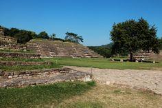 https://flic.kr/p/D7vv6m | EL Tajin 103 | El Grupo del Arroyo   El Tajín es una zona arqueológica precolombina cerca de la ciudad de Papantla, Veracruz, México. La ciudad de Tajín se cree que fue la capital del imperio Totonaca y llegó a su apogeo en la transición al Posclásico conocido también como Período Epiclásico mesoamericano, entre los años 800 y 1150, cuenta con varias Canchas de Pelota y basamentos piramidales. Wikipedia