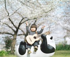I guess the little thing here is the Panda because I'm really jealous that he gets to sit on the Panda. Photo by Hamada Hideaki.