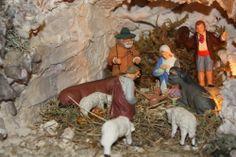 La Sainte Famille est prosternée devant l'Enfant Jésus. L'âne et le boeuf réchauffent le nouveau-né de leur souffle. Un berger éclaire la gr... Souffle, Nativity, Miniatures, France, Christmas, Painting, Daycares, Baby Born, Home