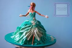 frozen+themed+doll+cake+and+cupcakes.