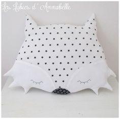 Coussin doudou décoration chambre d'enfant Loup blanc étoiles noires PERSONNALISABLE
