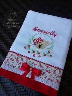 fralda bordadas e personalizada  >>> 1 fralda grande, mede 70x 70 centímetros.    Em tecido duplo, bordado ursinha,  você escolhe o nome e cor.