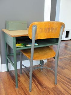 vintage school desk with light colored top Vintage Inspired Bedroom, Sewing Machine Projects, Classroom Furniture, School Desks, Annie Sloan Paints, Kid Desk, Vintage School, Too Cool For School, Vintage Children