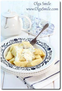 Kopytka z serem  Kopytka z serem to kluski mojego dzieciństwa. Ciasto na kopytka z serem od podstawowego ciasta na kopytka różni się jedynie dodatkiem twarogu oraz 1 jajkiem. Oba rodzaje kopytek można podawać na słodko lub