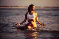 """El yoga acuático, también conocido como """"Water Yoga"""", es un ejercicio que une los beneficios del yoga tradicional con la satisfacción que produce el agua."""