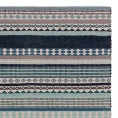 <p>Natürliche Baumwolle wird in Indien sorgfältig von Hand verwoben und zu unserem leichten Teppich Patewa verarbeitet. Ein Streifenmuster aus verschiedenen geometrischen Mustern zaubert graphische Moderne, während die leichte Struktur für Behaglichkeit sorgt. <br />Kombiniert mit einer rutschfesten Unterlage bleibt der Teppich an Ort und Stelle.</p>