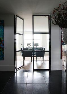 Stalen taatsdeur tussen keuken en woonkamer. Kijk voor meer foto's op de website van bouwbedrijf HaBé. Internal Doors, Oversized Mirror, New Homes, Modern, Furniture, Website, Home Decor, Google, Fun