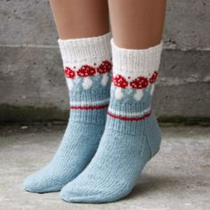 Knitting Patterns Funny Pack with recipe and yarn for a pair of socks with mushroom pattern. Knitting Blogs, Knitting Socks, Knitting Projects, Baby Knitting, Knit Socks, Crochet Motifs, Knit Crochet, Patterned Socks, Crochet Slippers