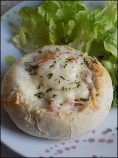 Aujourd'hui une recette facile et rapide Pour 1 personne Ingrédients: - 1 petit pain empereur (à cuire au four) - 1 oeuf - 1/2 tranche de jambon - 1 petite poignée de fromage râpé - Persil haché - Sel, poivre 1) Couper le dessus du petit pain et ôter...