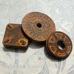 Katalina Jewelry: An Experiment in Rust. DIY: create a real rusted patina on any surface including plastic, wood, fabric, wine corks and even paper Diy Projects To Try, Craft Projects, Craft Ideas, Diy And Crafts, Arts And Crafts, Paperclay, Craft Tutorials, Metal Art, Cool Ideas