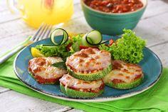 ¡Consiéntete con este delicioso y fácil snack de pizza de calabacita! Con todo el sabor del queso, es la receta perfecta para compartir en reuniones, disfruta sin remordimientos por su bajo contenido de grasa. Zucchini Pizza Recipes, Zucchini Pizza Bites, Yummy Appetizers, Appetizer Recipes, Appetizer Party, Yummy Food, Tasty, Protein Diets, First Bite
