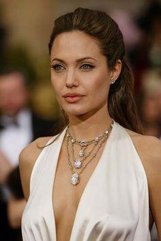 Truly bringing the diamond bling to the 2004 Oscars was Angelina Jolie, who wore… Angelina Jolie Makeup, Angelina Jolie Style, Celebrity Jewelry, Celebrity Style, Jolie Pitt, Angilina Jolie, Lenny Kravitz, Naha, Celebs