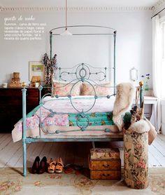 Love the blue bed frame Casa de Valentina -RÚSTICO E FEMININO