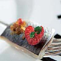 Sardinas con frambuesas y migas de cebolla tostada