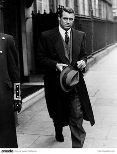 """Everyone wants to be Cary Grant. Even I want to be Cary Grant"" -Archibald Leach (Cary Grant) Cary Grant, Golden Age Of Hollywood, Vintage Hollywood, Hollywood Stars, Tv Movie, Actrices Hollywood, Old Movies, Vintage Movies, Classic Movies"