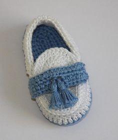 Crochet bebé botines estilo mocasín en dos tonos. Adornado con borlas mano hecha a mano Made in USA - 100% algodón crochet hilo  Por favor contactar con anunciante para combinaciones de colores diferentes  Promedio de tamaños de pie de bebé: Tamaño 0 - 0-3 meses, cabe pie medida hasta a 3-1/2 1 - 3-6 meses, talla pie medida hasta 4 2 - 6-9 meses, talla pie medida hasta 4 1/2  Instrucciones de cuidado: lavado a mano o máquina de lavar agua caliente ciclo suave, sin lejía, secar en to...