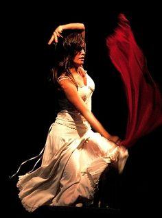 Nella #pizzica una donna #balla al ritmo frenetico dei tamburelli e violini sventolando un fazzoletto rosso, il colore della passione