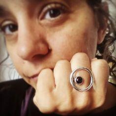 Un anillo fuera de serie... Onix Negro encap`sulado en un círculo de Plata... Te animas a ser diferente? Big Rings, Silver Rings, Black