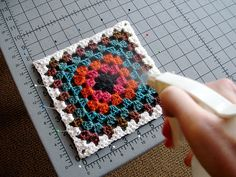 How to spray block a granny square - a great crochet tutorial. Not that I intend to start making granny squares again, but good tip Crochet Diy, Crochet Motifs, Crochet Blocks, Crochet Squares, Crochet Basics, Love Crochet, Learn To Crochet, Crochet Crafts, Crochet Stitches