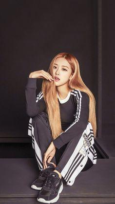 Rose q bonita Kim Jennie, South Korean Girls, Korean Girl Groups, Blackpink Outfits, Rose Adidas, Rose Bonbon, 1 Rose, Kim Jisoo, Rose Wallpaper