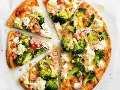 Broccoli and bacon pizza - Creamy ricotta lowers the calories for this speedy pizza, and teams perfectly with salty bacon. Pizza Recipes, Gourmet Recipes, Dinner Recipes, Healthy Recipes, Healthy Foods, Gourmet Pizza Toppings, Low Cal Dinner, Bacon Nutrition, Nutrition Guide