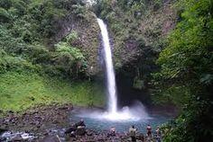 Es la Cascada La Fortuna. Está en el parque Arenal. Se puede nadar en el agua fría debajo de la cascada. También se puede ver tucanes y monos.