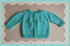 Tiny ribbon bows make this cute baby cardigan look really pretty short sleeved top down with tiny bows long sleeved top down with tiny bows Newborn DK Baby Jacket Top down – with 4 buttons DK Baby Cardigan Knitting Pattern Free, Crochet Baby Jacket, Baby Sweater Patterns, Baby Girl Patterns, Knitted Baby Cardigan, Knit Baby Sweaters, Knitted Baby Clothes, Baby Hats Knitting, Baby Knitting Patterns