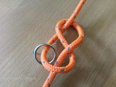 Make dog leash yourself. DIY instructions for rigging- Hundeleine selber machen. DIY Anleitung zum takeln Make figure eight knot - Pet Dogs, Dog Cat, Climbing Rope, Paracord Projects, Cat Supplies, Diy Stuffed Animals, Dog Leash, Dog Harness, Dog Accessories