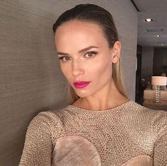 Les plus beaux make-up Instagram de Natasha Poly : maquillage de soirée, rouge à lèvres rose pink, lipstick, bouche rose néon