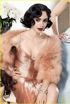 Lily Collins glamour en robe et boa Glamour, Photo Portrait, 20s Fashion, Nail Fashion, Hollywood, Retro Hairstyles, Up Girl, Lady, Beautiful People