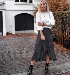 Damen Mode Frühling / Spring Outfits Fashion is continually evolving and getting refreshed. Mode Outfits, Casual Outfits, Fashion Outfits, Womens Fashion, Fashion Trends, Petite Fashion, Curvy Fashion, Fashion Bloggers, Legging Outfits