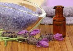 Levanduľová soľ – dekorácia a zároveň liečivý kúpeľ je vhodný pre ľudí s lupienkou a inými kožnými problémami a ekzémami. Do sklenej fľaše vrstvíme postupne striedavo hrubozrnnú soľ a čerstvé kvety levandule. Po mesiaci môžeme začať používať do kúpeľa.