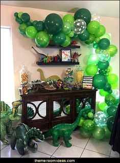 DINOSAURS Plan a prehistoric party of gigantic proportions to celebrate your little child's dino-mite birthday in Jurassic park - Jura. Ice Age Birthday Party, Dinosaur Birthday Party, 3rd Birthday, Dinosaur Party Decorations, Birthday Party Decorations, Festa Jurassic Park, Dinosaur Balloons, Impreza, Balloon Centerpieces
