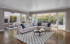 hamptons living room hamptons home with grey sectional sofa and blue and white rug Hamptons Style Bedrooms, Hamptons Living Room, Hamptons Style Homes, The Hamptons, Style Key West, Grey Sectional Sofa, Small Sectional, Blue And White Rug, Coastal Bedrooms