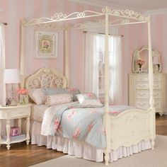 Four poster bed. Classic style