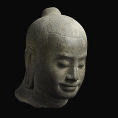 Portrait présumé du roi Jayavarman VII, Ta Prohm (?), style du Bayon, fin XIIe-début XIIIe siècle. Grès, H. 42cm. Paris, Musée Guimet.