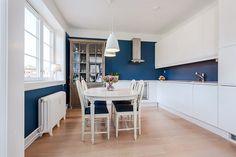 Mørkeblått kjøkken BRISKEBY - Smakfull og lekker 3-roms toppleilighet med balkong
